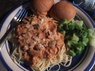 Vodka spaghetti sauce with veggies and dinner rolls