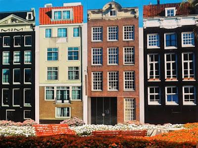 """A fachada cenográfica em Holambra atesta que lotes de apenas 150 m² podem ser considerados como """"latifúndios"""" nos centros urbanos dos Países Baixos."""