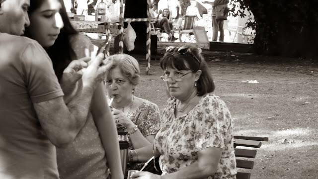 Dos mujeres en banco de plaza