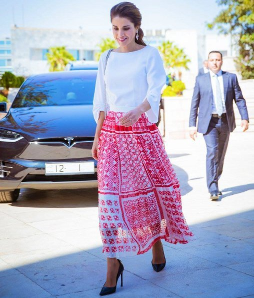 Queen Rania attended diploma presentation ceremony held for professional teachers. wore print skirt
