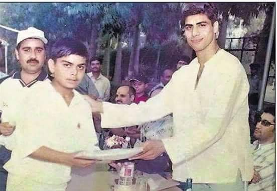 ashish nehra gives award to virat kohli