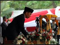 Ternyata Presiden Jokowi Lupa Hal ini Saat Upacara Penurunan Bendera HUT RI Ke 72 di Istana