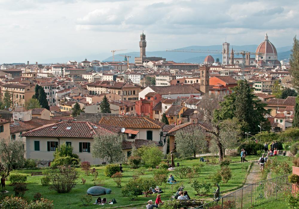 Au premier plan, on aperçoit des sculptures de Jean Michel Foulon. A l'arrière plan, la ville de Florence