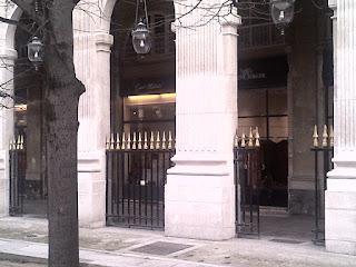 Palais Royal  Comédie Française Galerie commerçante entourant le jardin.