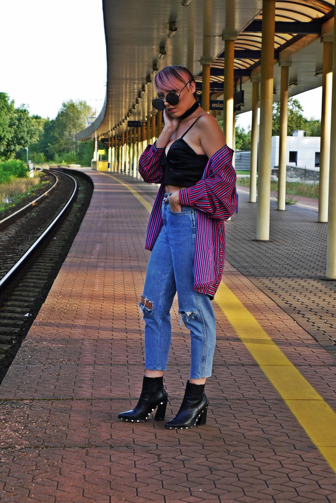 9_jeansowe_spodnie_z_wysokim_stanem_crop_top_botki_karyn_blog_modowy_240817