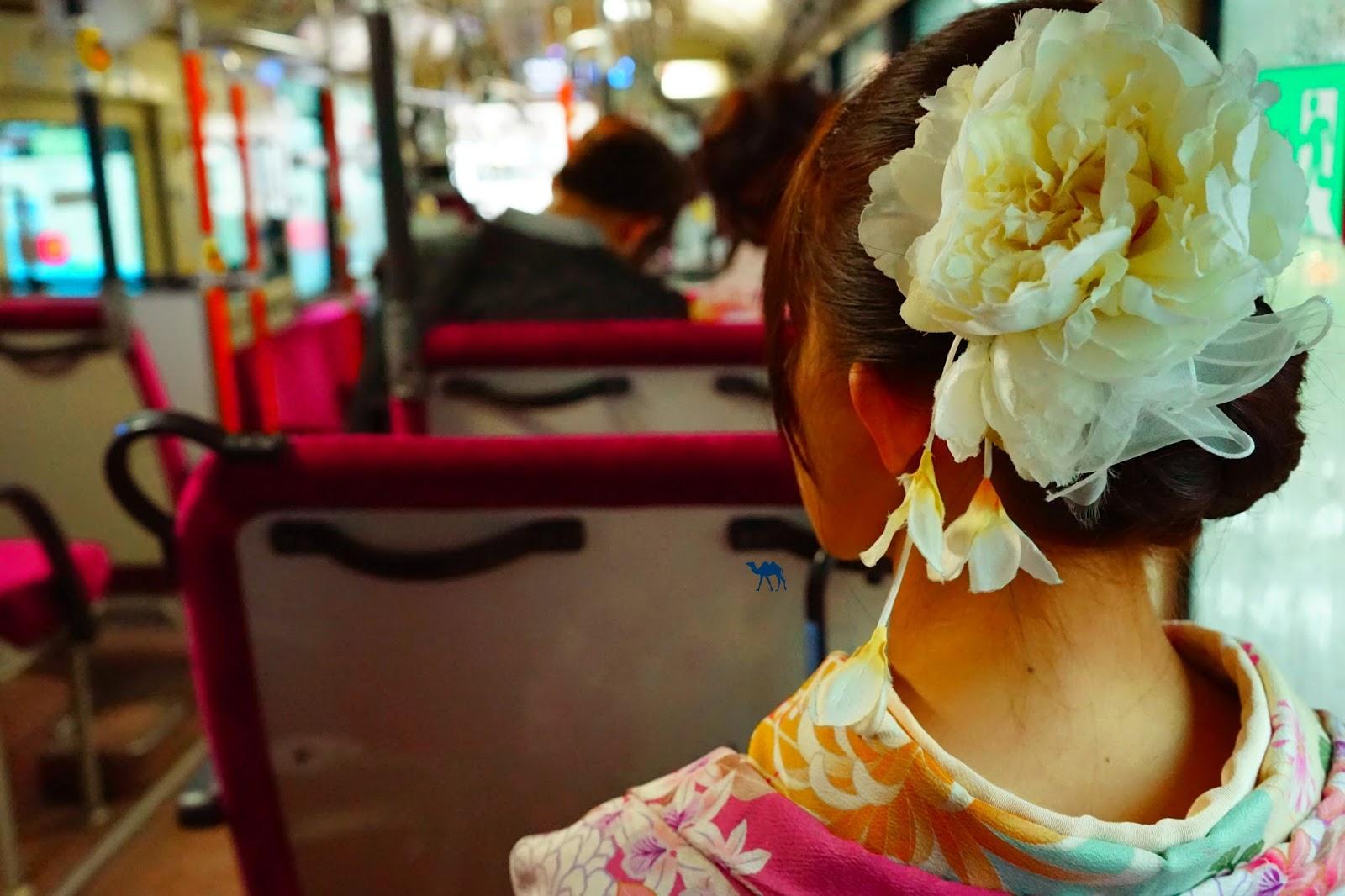 Geisha dans le bus - Le Chameau Bleu - Transport au Japon
