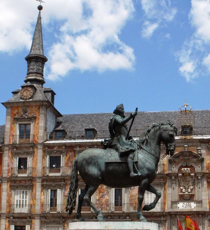 Vista parcial del edificio Casa de la Panadería, en la Plaza Mayor y en primer plano la estatua ecuestre de Felipe III.