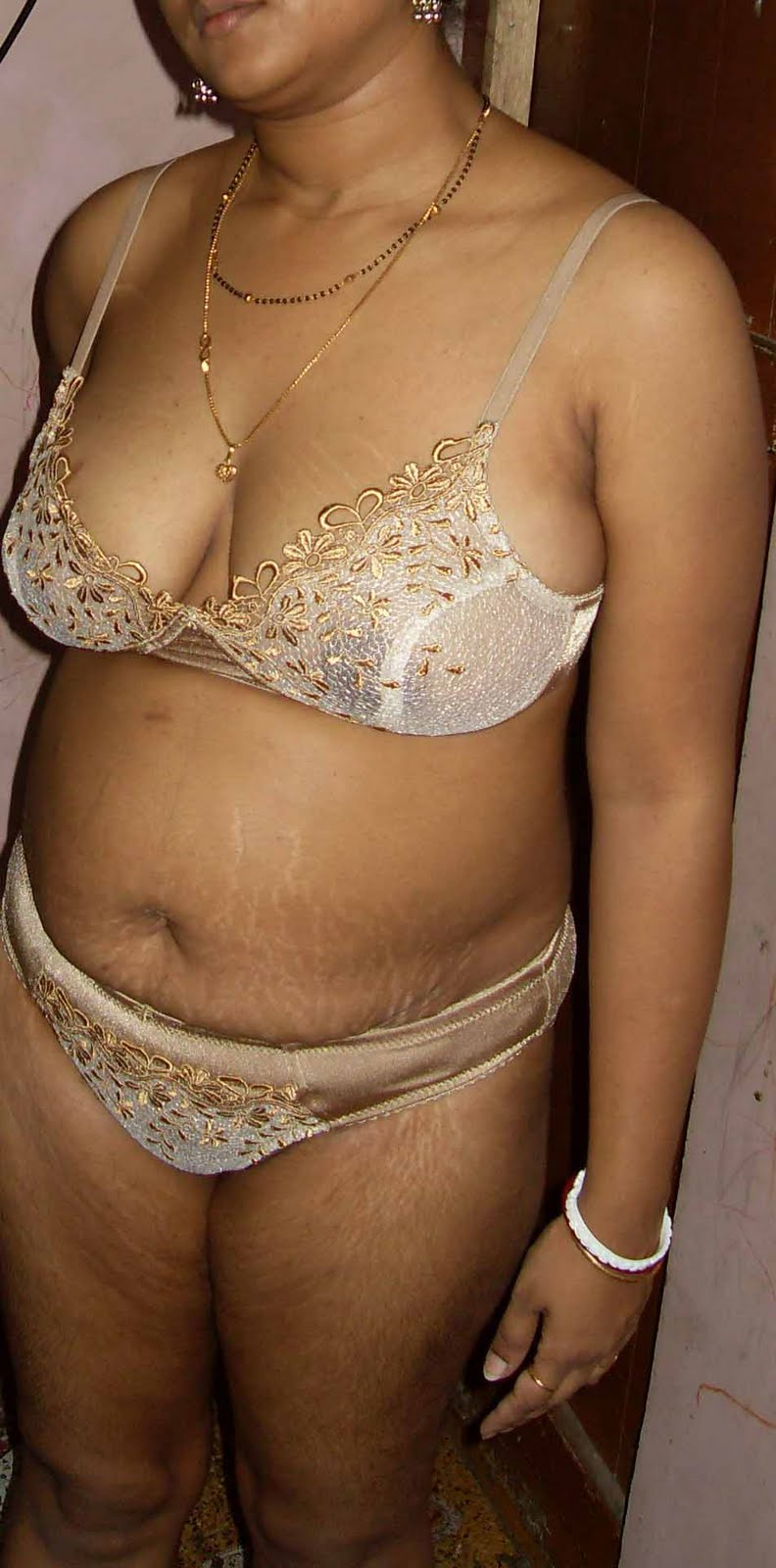 Desi Busty Aunty Posing In Different Bra Panty Showing -7625
