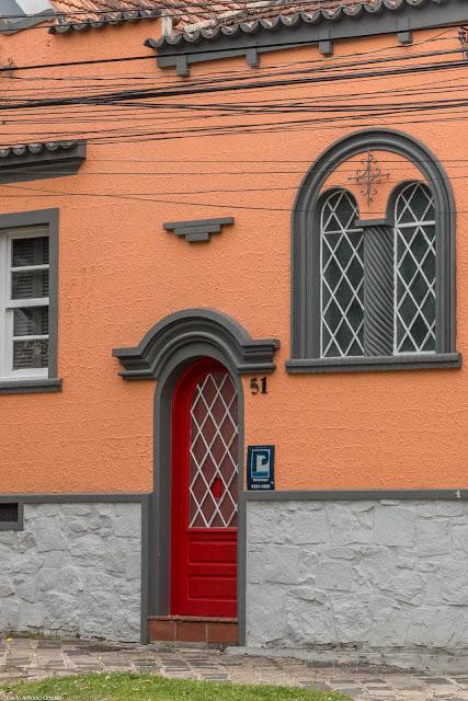 Fachada de casa na Rua Visconde de Nacar - detalhe da porta e da janela