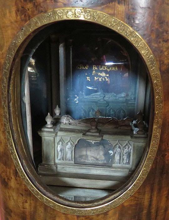 Miniatura grobu Bolesława I z palcem.