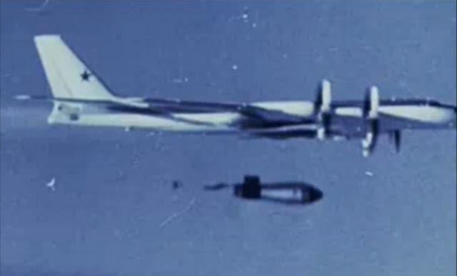 foto do bombardeiro Tu-95 com a tsar bomba