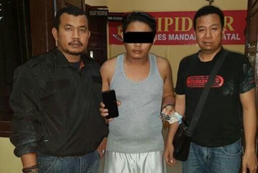 Tersangka bandar judi online dari Madina saat ditangkap polisi.