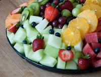 Plato lleno de verduras y frutas, vitaminas naturales