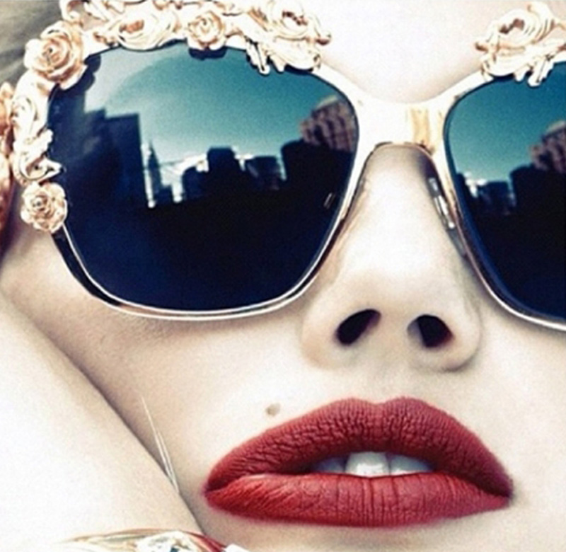 O estilo barroco está super em alta e com a coleção de inverno da Dolce    Gabbana os óculos aderiram a esse estilo nada discreto. dff6c9ed5b