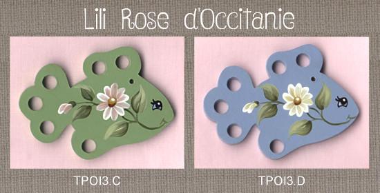 """2 tri-fils en bois peint, """"Poisson"""", bleu ou vert, ornés de marguerites. Broderie et point de croix"""