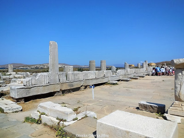 starożytne ruiny na tle błękitnego nieba Delos Grecja