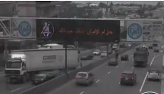 شاهد لحظة انقلاب شاحنة ضخمة على طريق في لبنان