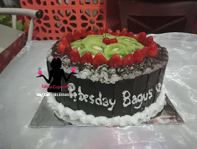 Black forest topping strawberry dan buah kiwi