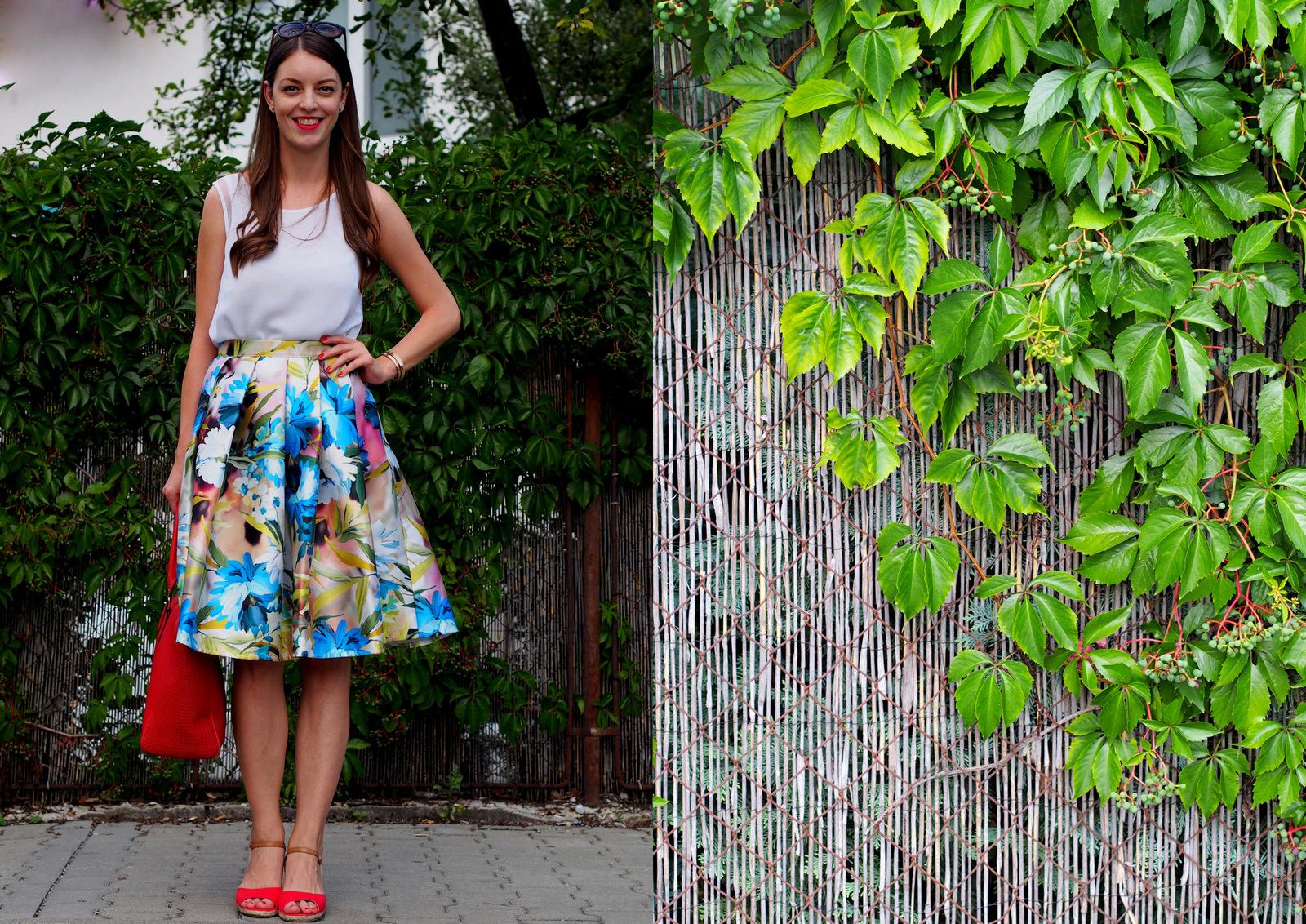 kvetovaná midi sukňa s červenými doplnkami