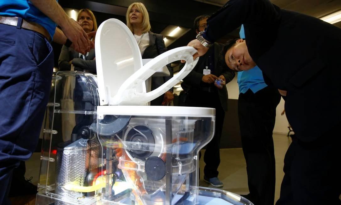 Bill Gates apresenta vaso sanitário que dispensa água