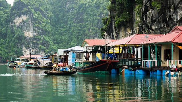 A photograph of the beautiful places in Halong Bay 1