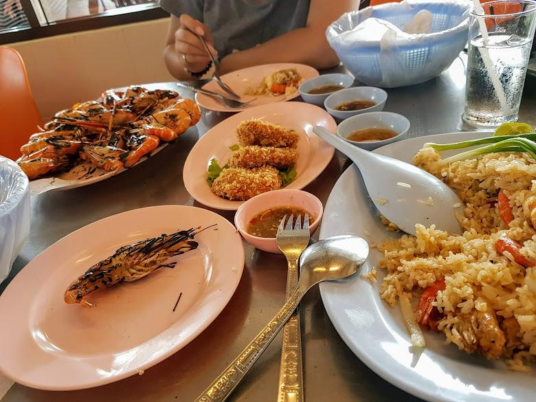 三道菜兩人就吃不太下了,烤大頭蝦蝦一公斤、炸蝦餅、蝦子炒飯以及水,總共 765 泰銖