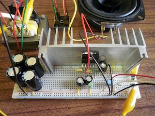Integrado LM3876 e circuito de 'muting' montado em placa de ensaio.