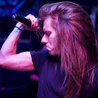 Ο τραγουδιστής Mike Livas