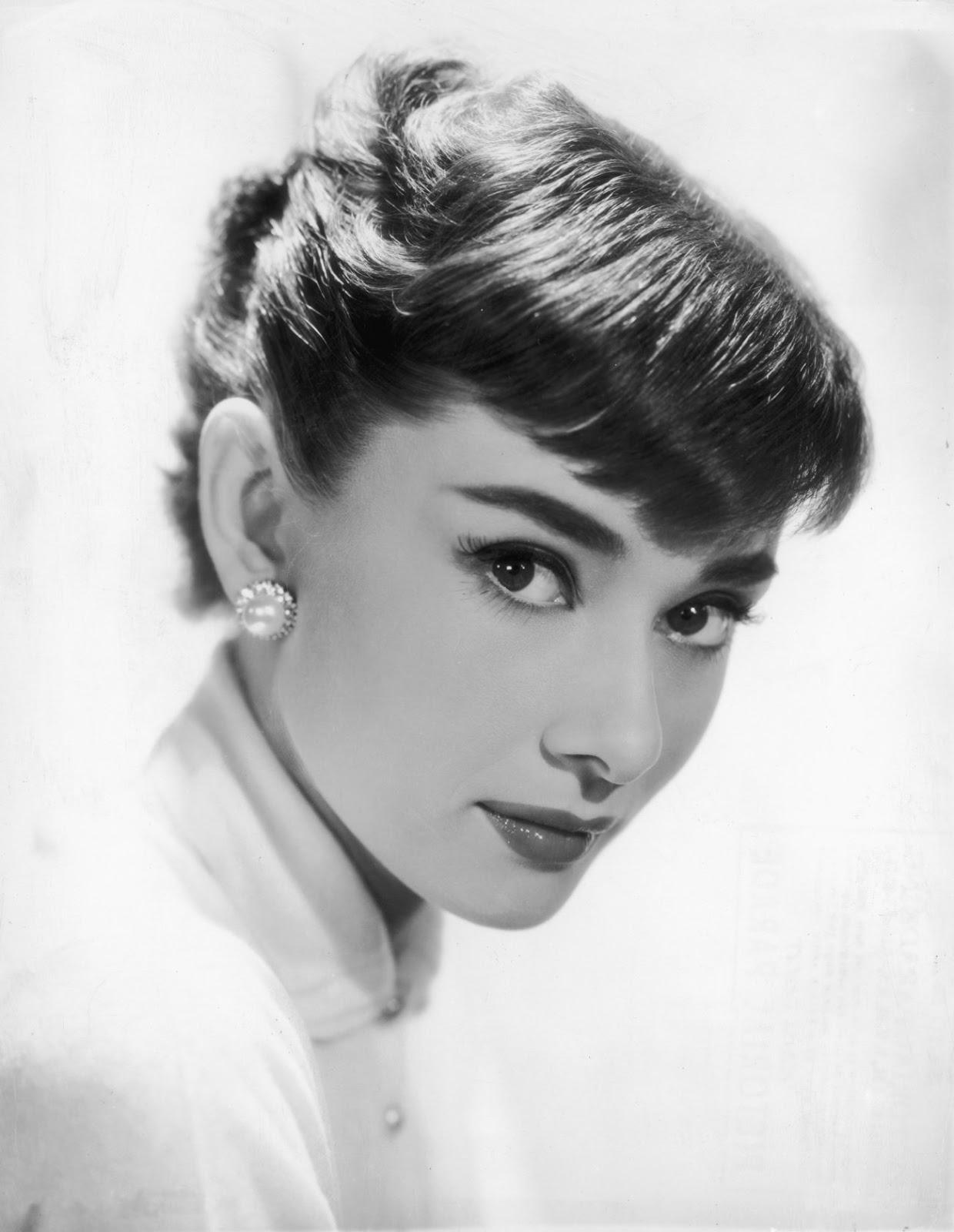 Черно белая открытка с актрисой, брюнетками