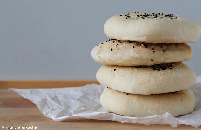 Aus einem fluffigen Hefeteig wird ein leckeres Pita Brot.