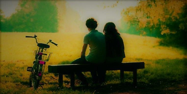 Homme assis sur banc avec sa petite amie