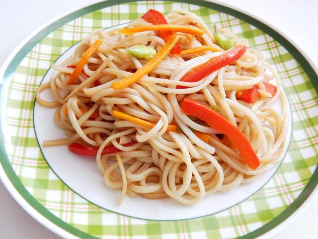Čínské nudle chow mein se zeleninou