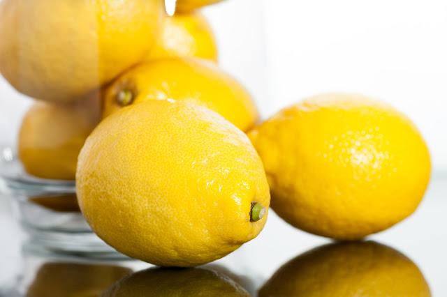 Cómo limpiar tu microondas con limón