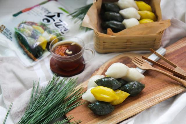 """Người Hàn Quốc có một loại bánh đặc biệt là Songpyeon, tức bánh giầy hình bán nguyệt, được dùng trong ngày Tết Chuseok (tết Trung thu, lễ Tạ ơn). Nếu người Việt hay người Trung Quốc xem trăng tròn là biểu trưng cho sự viên mãn, thì người Hàn Quốc lại xem trăng khuyết mới là hình ảnh lý tưởng. Họ tin rằng """"trăng khuyết rồi sẽ tròn"""", tựa như sự sinh sôi, nảy nở, lý giải về hình lưỡi liềm của bánh"""