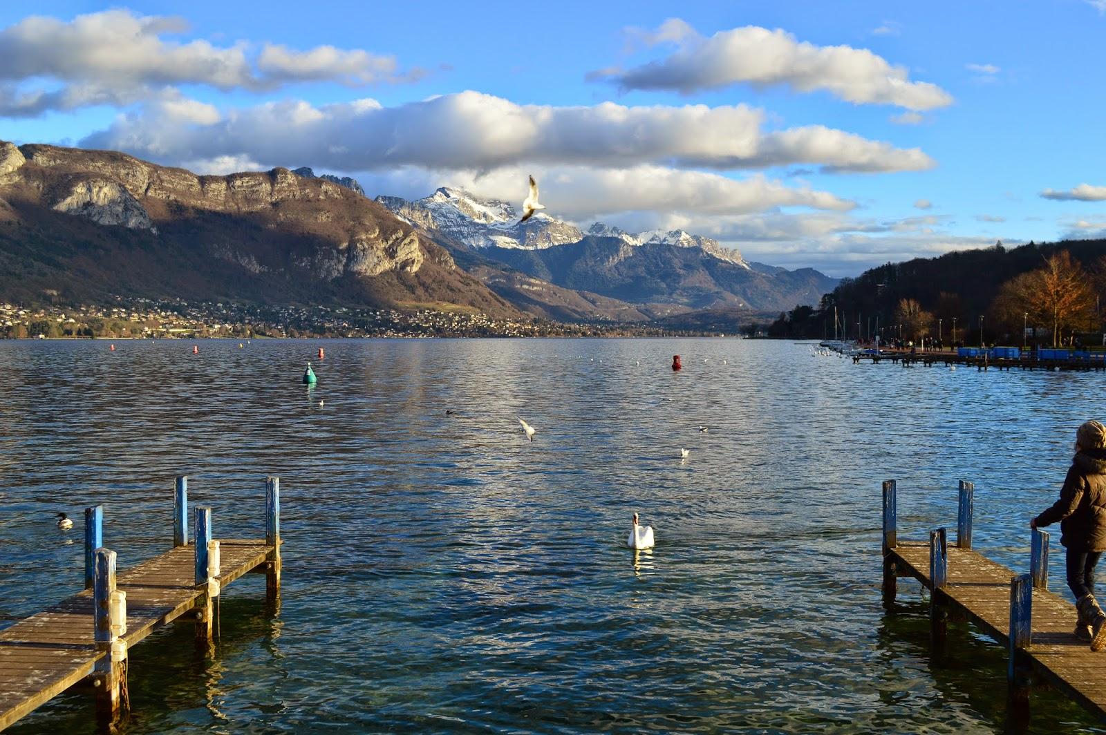 Pontons sur le lac d'Annecy