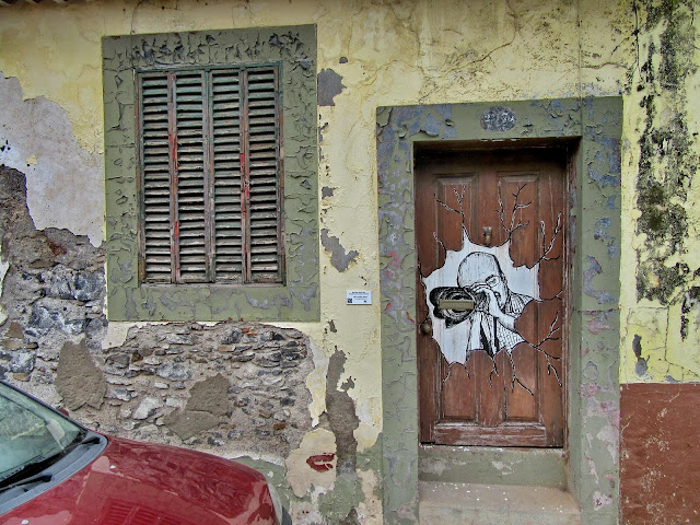 porta pintada no edíficio degradado