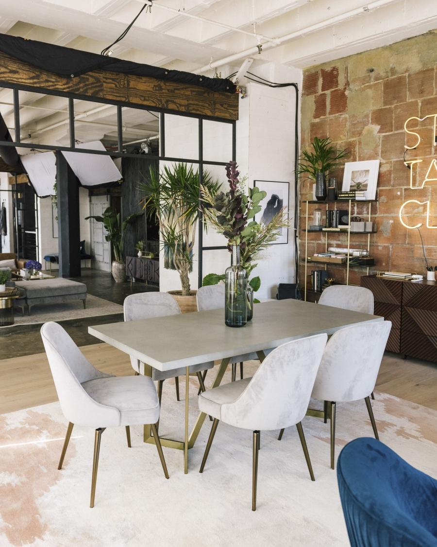 Loft urządzony w trendzie urban jungle, wystrój wnętrz, wnętrza, urządzanie domu, dekoracje wnętrz, aranżacja wnętrz, inspiracje wnętrz,interior design , dom i wnętrze, aranżacja mieszkania, modne wnętrza, loft, styl loftowy, styl industrialny, urban jungle, miejska dżungla, rośliny, kwiaty, zieleń, jadalnia, stół, krzesła, fotel,