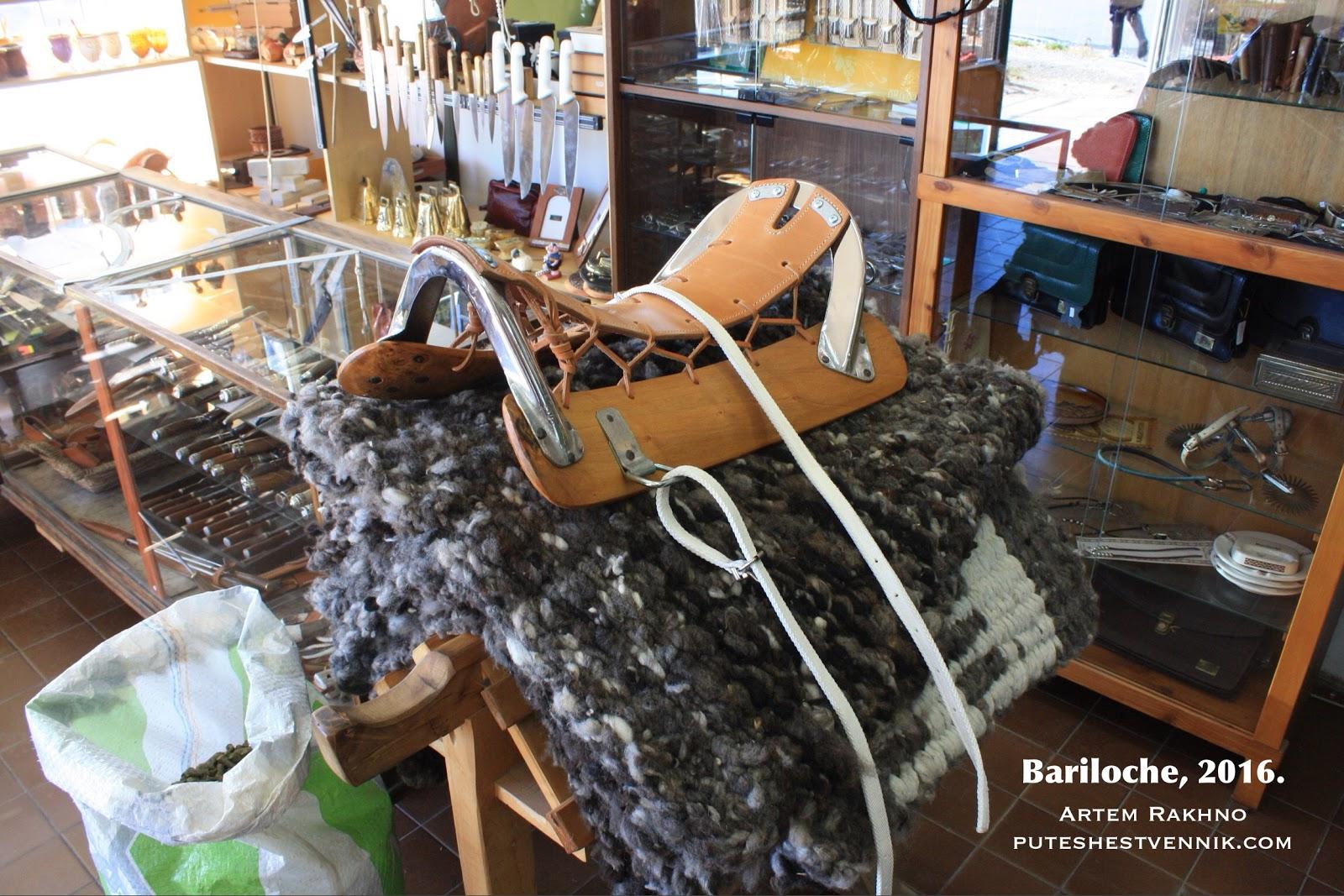 Седло в магазине для гаучо в Аргентине