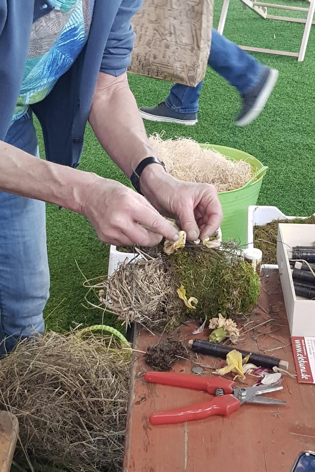 Kreativ Workshop mit Eleonore Schick Gartenmesse Stuttgart Muttertagsherz Herz DIY Deko mit Moos. Einfach selber machen. Dekoidee aus Heu, Draht, Moos und Blüten Basteln und Kreativsein