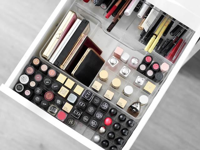 organizování kosmetiky šuplík s rtěnkami