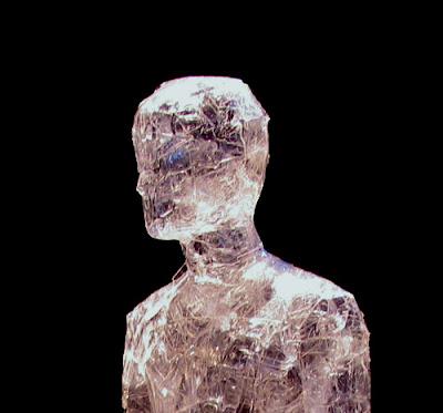 Gente invisible y cinta trasparente.