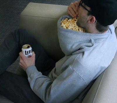 Pullover verkehrt herum tragen - lustig Fernsehen gucken mit Bier
