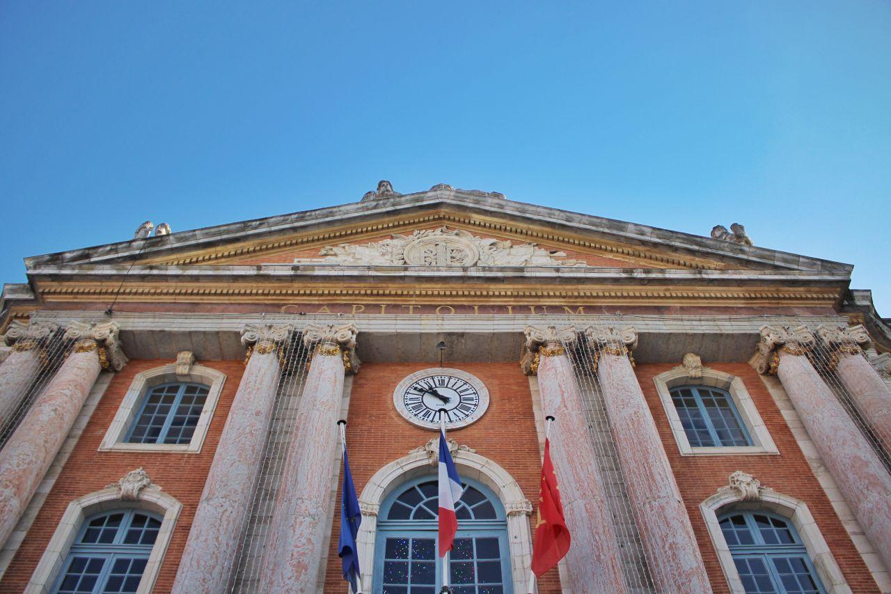 A fachada do Capitólio de Toulouse, vista da Praça do Capitólio.