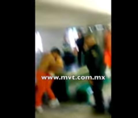 MAS VIDEOS: Frente a custodios como referis reos se agarran a golpes a otro le dan choques eléctricos en los genitales, piernas y gluteo