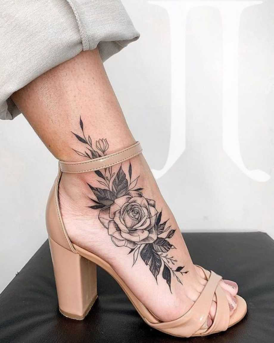 Vemos tatuajes femeninos para pies de rosa puntillista