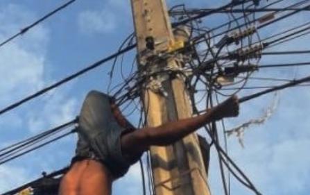 Homem morre eletrocutado e fica pendurado em poste ao tentar furtar fios da rede elétrica em Fortaleza