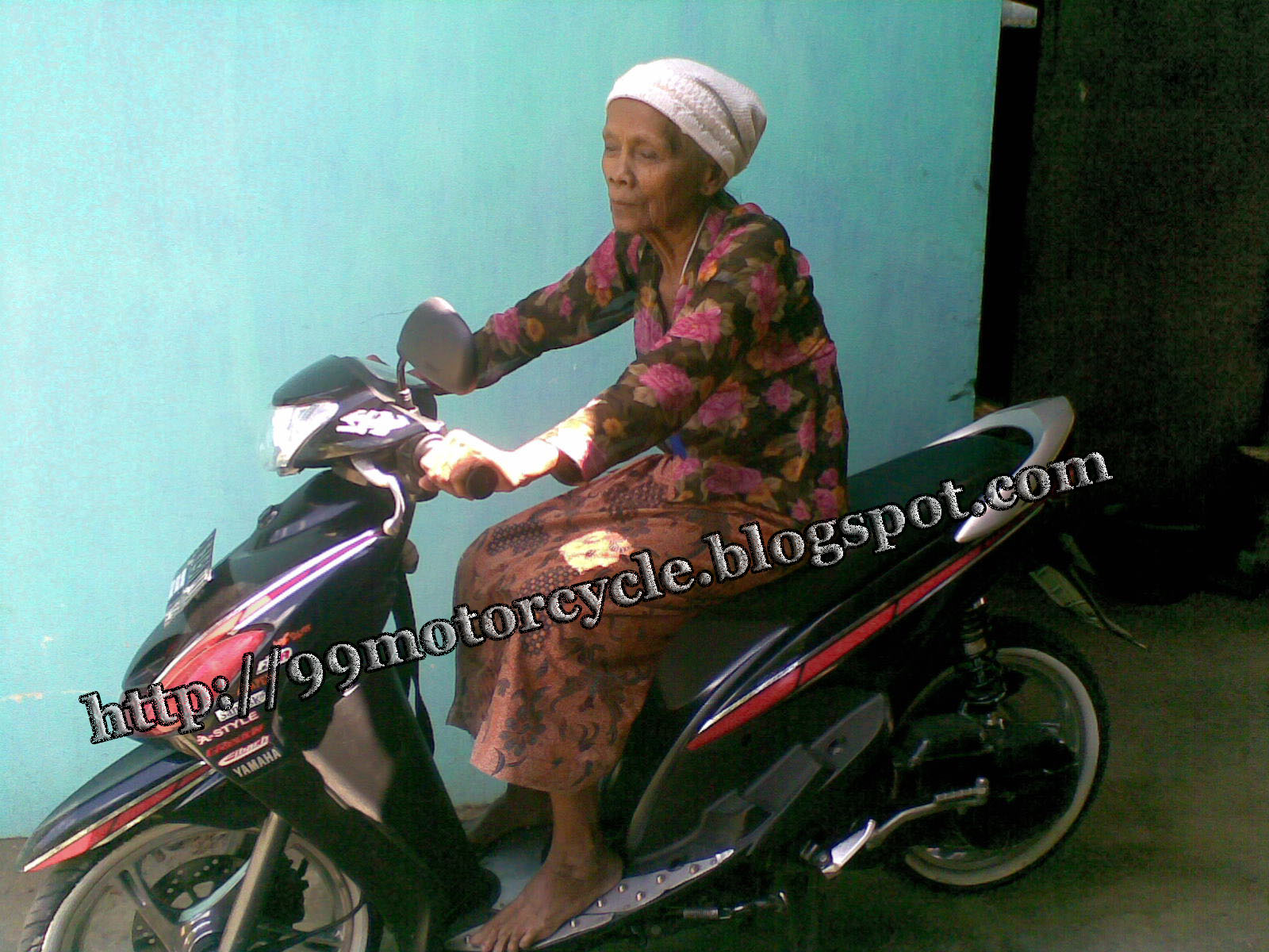 GRANDMOTHER WITH YAMAHA MIO BLACKCURENT