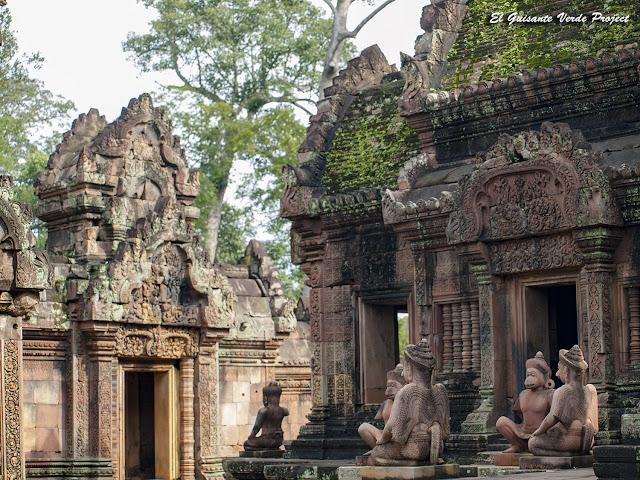 Banteay Srei, gopura al primer recinto, mandapa y guardianes - Angkor, Camboya por El Guisante Verde Project