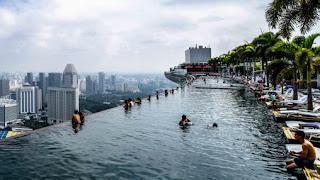 La piscina infinita más grande y más alta del mundo. La piscina más alta del mundo. Hotel The Sand Skypark, o Marina Bay Sands, ubicado en Singapur.