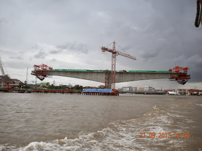 bridge under construction over Chao Phra Ya for MRT blue line
